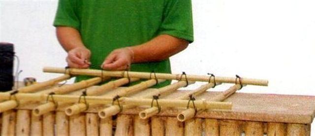 trelica bambu jardim:Ponha um bambu de 1 m na outra extremidade dos bambus enfileirados e