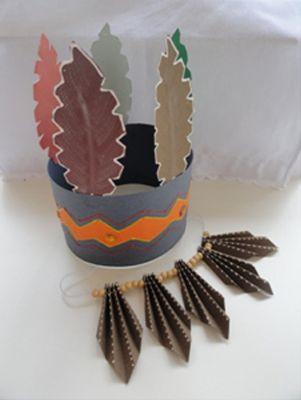 O artesanato para dia do índio com colar e cocar é ótima opção para trabalhar em sala de aula (Foto: Divulgação)