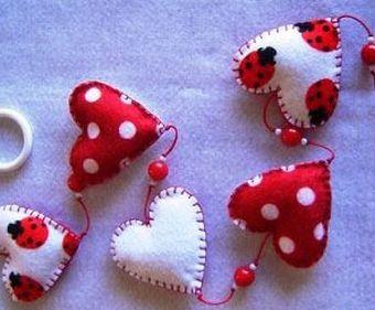 Este móbile com coração perfumado para o dia dos namorados deixará a decoração de sua casa ainda mais especial e romântica (Foto: Divulgação)