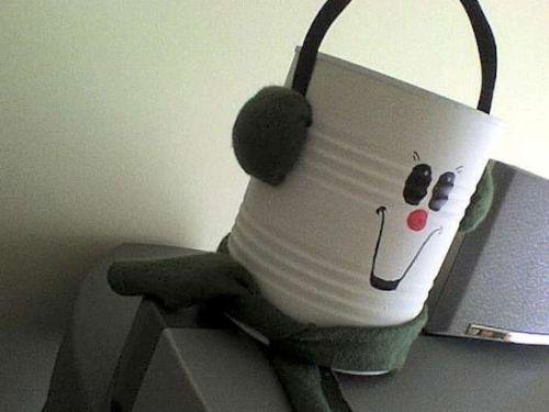 A boneca com latas pode ser tanto um brinquedo quanto um objeto para decorar o quarto de sua filha (Foto: Divulgação)