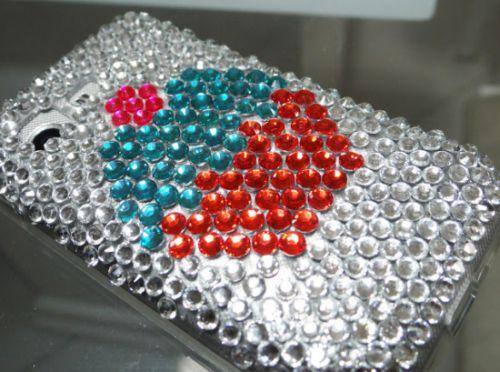 A capa de celular com cristal é muito fácil de ser feita, e você vai arrasar por onde passar com ela (Foto: Divulgação)