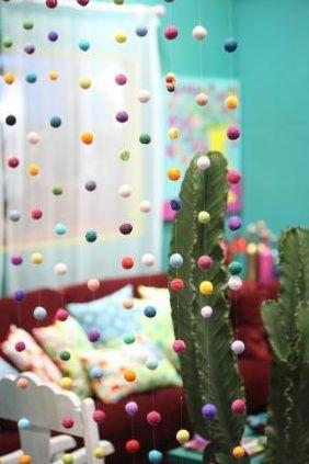 Esta cortina de bolinhas de feltro pode ser posicionada em qualquer cômodo de sua casa (Foto: Divulgação)
