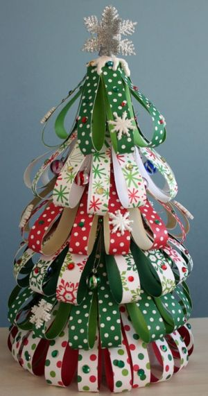 Esta linda árvore de Natal com papel pode ser feita de diversas cores e estilos (Foto: Divulgação)