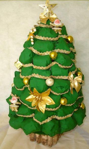 Esta árvore de Natal feita de jornal é muito simples e barata de ser feita (Foto: Divulgação)