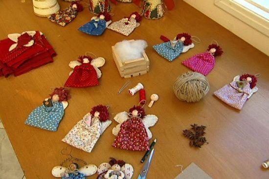 Estes anjinhos de tecido para pendurar na árvore de Natal são muito fáceis de serem feitos (Foto: Divulgação)