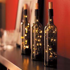 Este artesanato de Natal em garrafas de vinhos é sofisticado, porém facílimo de ser feito (Foto: Divulgação)