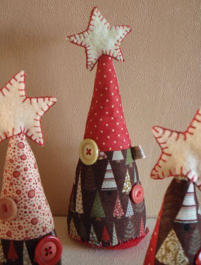 Esta miniárvore de Natal de tecido é muito fácil de ser feita (Foto: Divulgação)