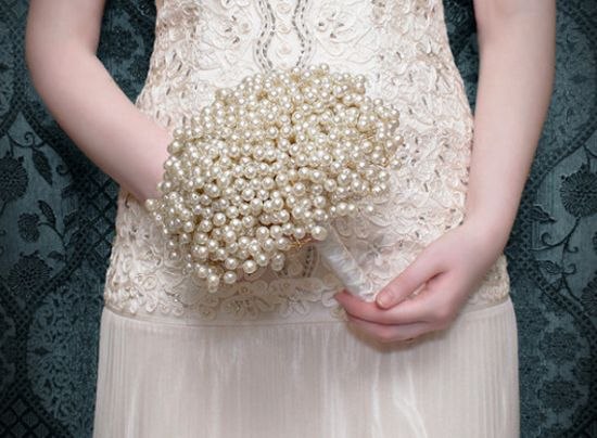 Este bouquet de noiva com pérolas é lindo e muito fácil de ser feito (Foto: Divulgação)