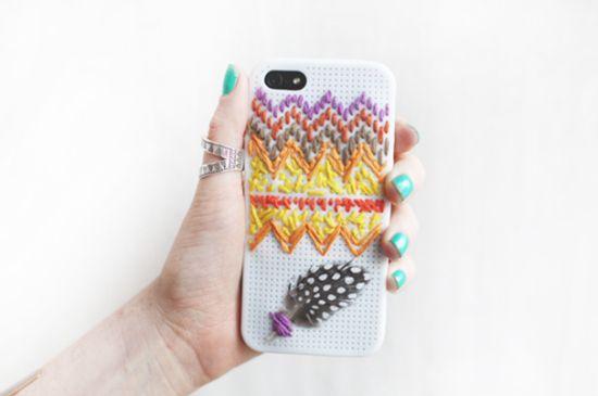 É muito fácil bordar capinha de celular, basta escolher um case com furinhos (Foto: Divulgação)