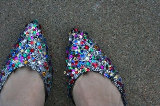 Esta sapatilha customizada para carnaval pode ser usada com vários estilos de looks e de fantasias (Foto: Divulgação)