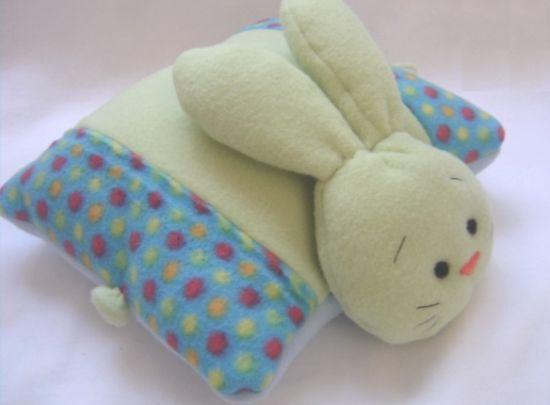 Esta linda almofada de coelho é ótima opção para presentear os pequenos (Foto: Divulgação)