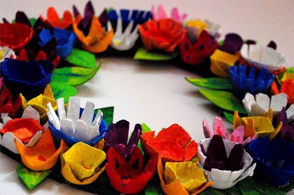 Este artesanato reciclado para carnaval é democrático, pois você pode pendurar na porta de sua casa ou usar como coroa de flores nos dias de folia (Foto: Divulgação)