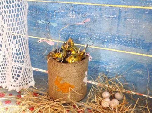 Esta lembrança de Páscoa de lata e juta é ótima opção para ser objeto de decoração (Foto: divulgação)
