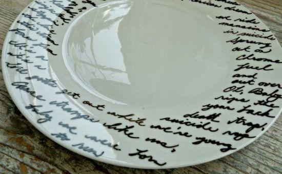 Esta personalização de prato de cerâmica é muito fácil de ser feita, e também muito barata (Foto: Divulgação)