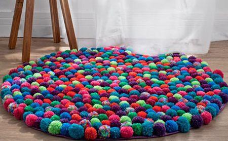 Este fofo tapete de pompom de lã é muito confortável e fácil de ser feito (Foto: Divulgação)