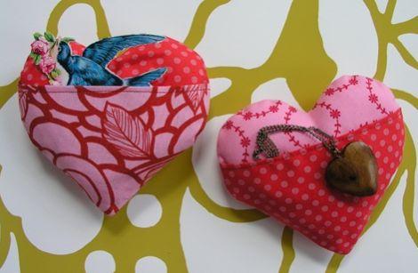 Faça este coração de tecido com bolso para o seu amor e deixe-o ainda mais apaixonado (Foto: Divulgação)