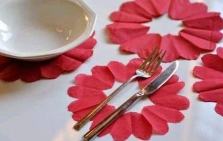 Este coração de guardanapo é muito fácil de ser feito e deixará a sua mesa com visual muito mais bonito (Foto: Divulgação)
