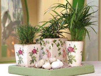 Esta bandeja com vasos decorados é muito simples de ser conseguida, porém repagina totalmente o visual de sua casa (Foto: Divulgação)