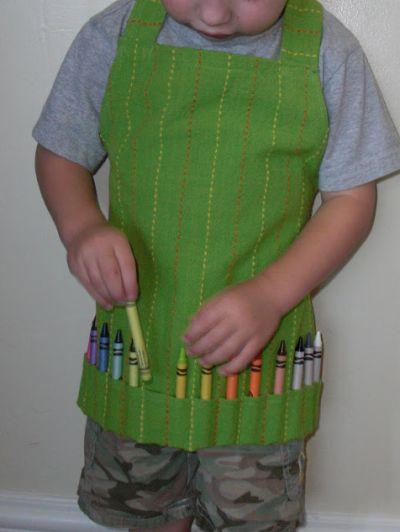Este avental porta lápis deixará os momentos artísticos de seu filho muito mais charmosos (Foto: Divulgação)