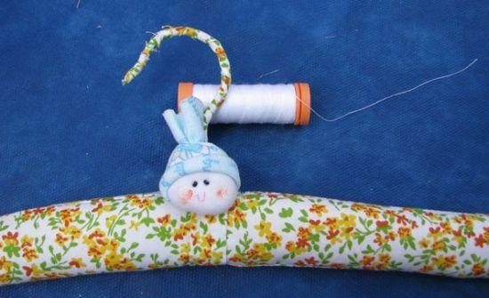 Este modelo de cabide infantil forrado pode ser usado por meninos e meninas (Foto: Divulgação)