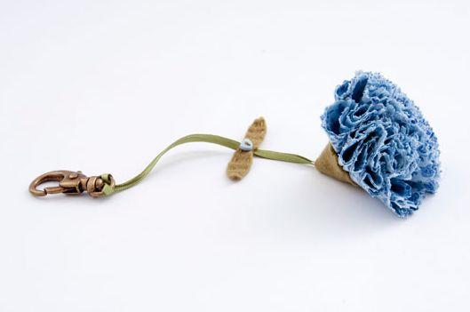 Faça este chaveiro de fuxico e deixe as suas chaves com visual muito mais charmoso (Foto: Divulgação)