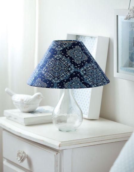 Faça esta linda luminária com garrafa e tecido e repagine o décor de sua casa (Foto: Divulgação)