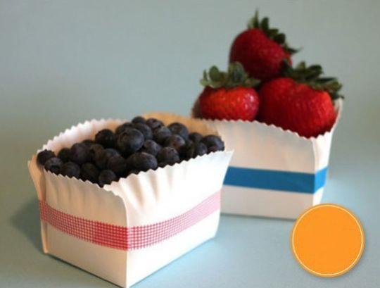 Esta caixinha de prato descartável pode ser usada em qualquer decoração de festa, bastando apenas adequar a cor da fita à decoração ou ser usada em casa (Foto: ehojevaiserumafesta.com)