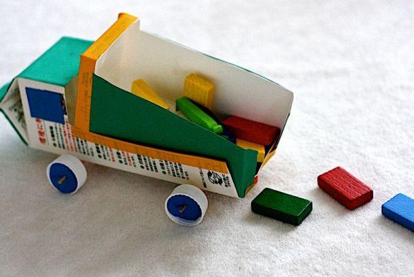 Este carrinho de caixa de leite é uma reciclagem muito interessante e que divertirá muito os seus filhos (Foto: origamimommy.org)