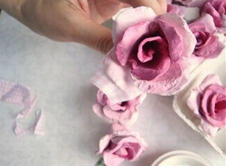 Faça esta flor de caixa de ovo e aplique onde você quiser, para deixar a sua casa com decoração mais feminina e mais leve (Foto: mydiychat.com)