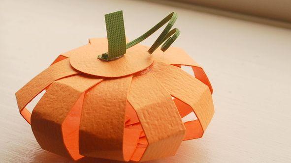 Decorar a sua festa de Halloween pode ficar mais barato se você fizer estas miniabóboras de papel (Foto: craftaholicsanonymous.net)
