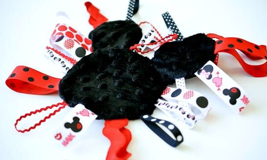As peças de sua filha ficarão mais charmosas com esta Minnie decorada com fitas que pode ser aplicada me qualquer lugar (Foto: bombshellbling.com)