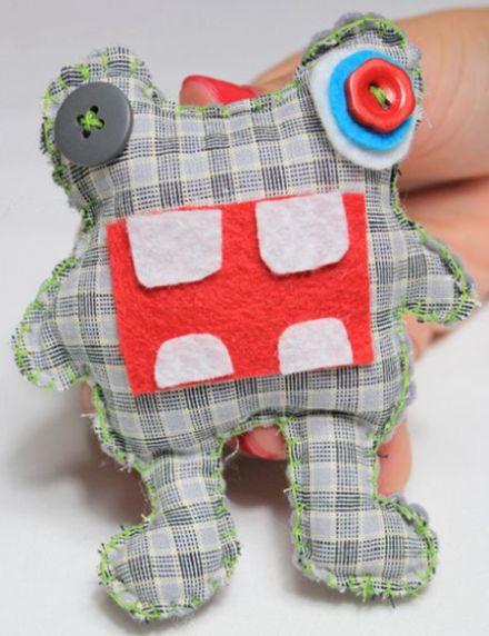Este brinquedo em formato de monstrinho de tecido é ótima opção para os pequenos, pois eles se divertem, mas não se machucam (Foto: minhasinger.com.br)