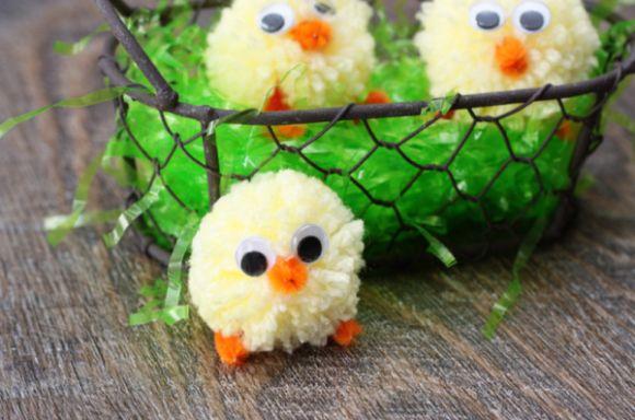 Este pintinho de pompom pode decorar a sua festa ou fazer a alegria de seu filho (Foto: craftsunleashed.com)