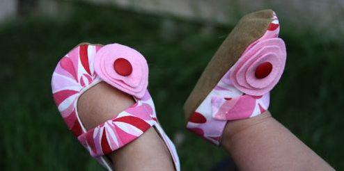 Este sapatinho de bebê menina deixará o look de sua garota muito mais charmoso (Foto: taoofcraft.typepad.com)