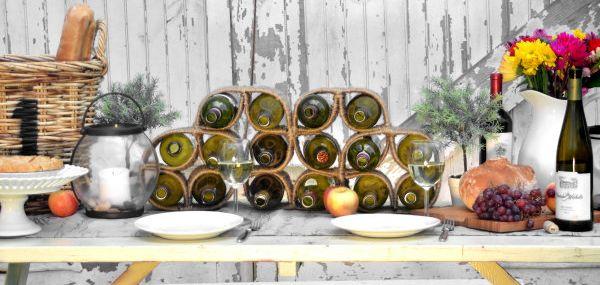 Este suporte rústico para vinho deixará o visual de sua adega ou de sua mesa, em um jantar especial, mais bonito (Foto: homestoriesatoz.com)