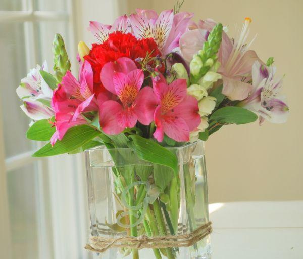 Este vaso de vidro com gravação é muito fácil de ser feito e parece ser desenvolvido por profissional (Foto: craftaholicsanonymous.net)