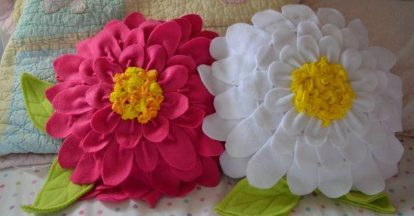 A decoração de sua casa vai ficar muito mais bonita com esta almofada de flor (Foto: cometogetherkids.com)