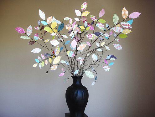 Este arranjo com folhas de papel deixará o décor de seu lar muito mais delicado e leve (Foto: everydaymomideas.com)