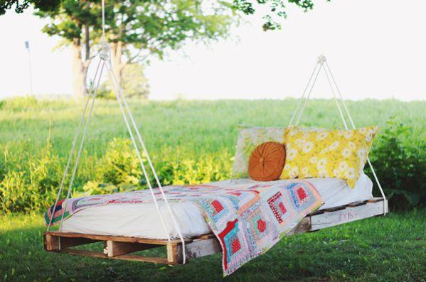 Este balanço de palete além de ultrabarato ainda irá proporcionar muito descanso e paz para os seus momentos livres (Foto: themerrythought.com)