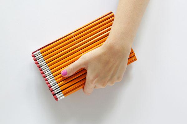 Esta bolsa clutch com lápis faz o maior sucesso por onde passa (Foto: handsoccupied.com)