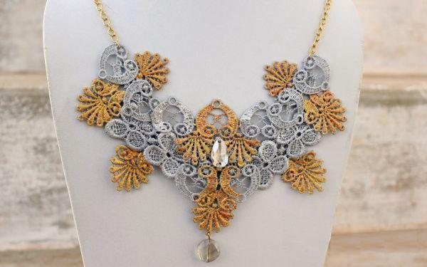 Este colar de renda irá valorizar todos os seus looks e de forma bem fácil (Foto: jewelsofsayuri.com)
