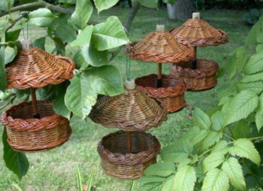 Com este comedouro de pássaro você vai conseguirá até mesmo atrair mais passarinhos para o seu jardim (Foto: geteasyfreshideas.com)
