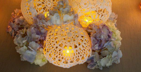 Esta luminária com pano de crochê sofistica qualquer ambiente em que ela esteja posicionada (Foto: glamourandgraceblog.com)