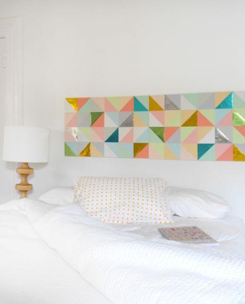 Este painel de papel patchwork pode ser aplicado em qualquer parte de seu lar e não somente como cabeceira da cama (Foto: crafts.tutsplus.com)
