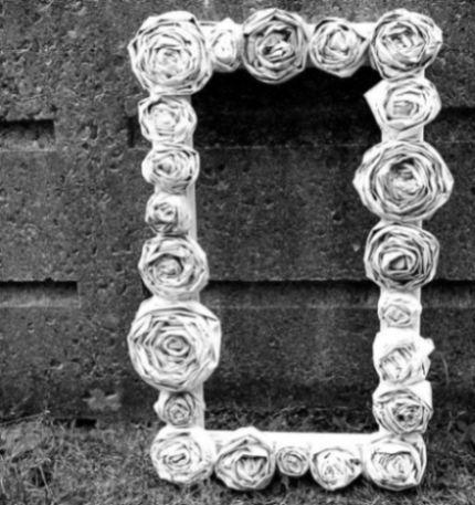 Estas rosas de jornal podem ser aplicadas em qualquer lugar (Foto: michelemademe.com)
