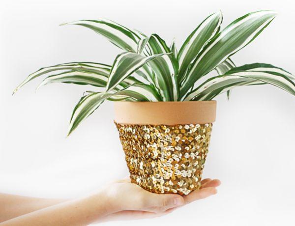 Este vaso decorado com lantejoulas embeleza a sua casa de forma primorosa e muito fácil (Foto: hellolidy.com)