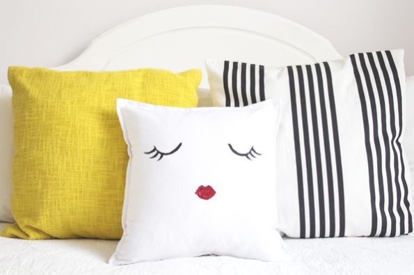 Com esta almofada decorada à mão, que é muito rápida de ser feita, você renova o décor de sua casa e ainda pode ganhar um bom dinheiro (Foto: ohthelovelythings.com)