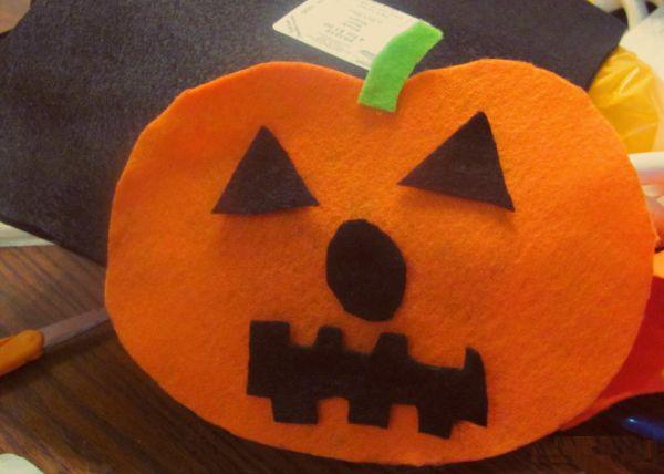 Este artesanato com feltro para dia das bruxas diverte, mas também é lúdico (Foto: charlottemommies.blogspot.com.br)