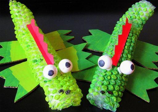 Seus filhos irão adorar este jacaré, um artesanato com plástico bolha, que nem parece que é feito com este material (Foto: positivelysplendid.com)