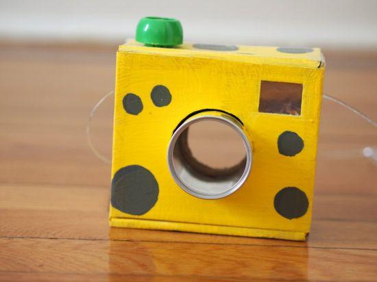 Utilize os materiais recicláveis que você tem em casa para fazer esta câmera de papel (Foto: pinkstripeysocks.com)